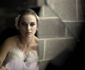 Νάταλι Πόρτμαν Η Νάταλι Πόρτμαν δούλεψε σκληρά για το Όσκαρ που κέρδισε το 2010 για την ερμηνεία της στην ταινία «Black Swan». Απέρριψε κάθε πρόταση να χρησιμοποιηθεί σωσίας της για τις πολύ απαιτητικές σκηνές χορού και έκανε τρομακτική προπόνηση η ίδια.