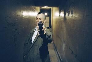 Ρόμπερτ Ντε Νίρο Ο Ρόμπερτ Ντε Νίρο, στην προετοιμασία του για το ρόλο του διαταραγμένου Τρέβις Μπικλ, στην ταινία «Taxi Driver», προμηθεύτηκε μια ψεύτικη άδεια οδηγού ταξί και πέρασε πολλές νύχτες οδηγώντας στη Νέα Υόρκη.