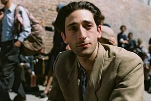 Έιντριεν Μπρόντι Για να καταφέρει να παίξει το ρόλο του στην ταινία «The Pianist», του 2002, ο Έιντριεν Μπρόντι γύρισε τη ζωή του τα πάνω κάτω. Σε τέτοιο σημείο, που του πήρε ενάμιση χρόνο να επανέλθει. Όχι μόνο έχασε πολύ βάρος, σε σημείο αποστέωσης, αλ
