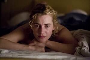 Κέιτ Γουίνσλετ Η Κέιτ Γουίνσλετ, όσο διαρκούσαν τα γυρίσματα της ταινίας «The Reader» (2008), στην οποία έπαιξε το ρόλο μια πρώην Ναζί σε ένα στρατόπεδο συγκέντρωσης, μιλούσε στην οικογένειά της με γερμανική προφορά. Όταν τελείωσαν τα γυρίσματα, είπε ότι