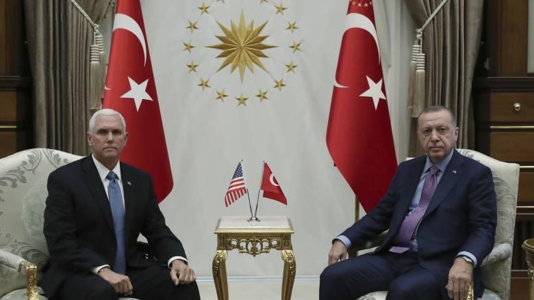 Χωρίς χαμόγελα η συνάντηση Ερντογάν - Πενς