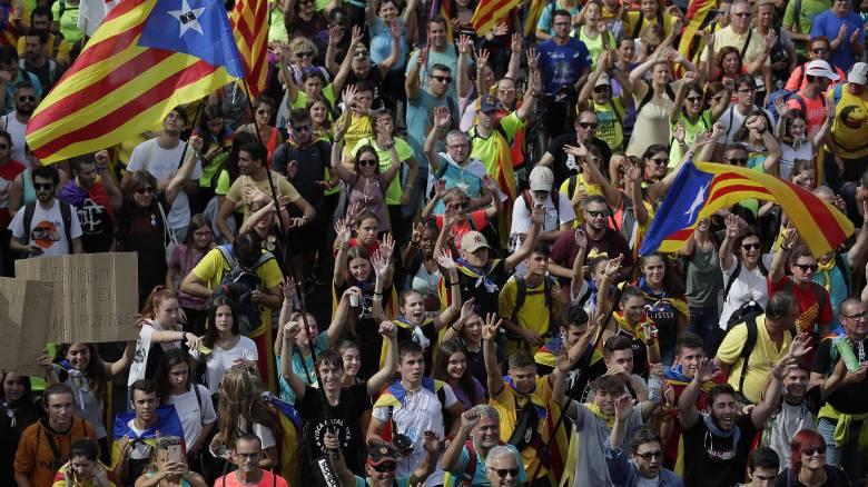 Καταλονία: Εκατοντάδες χιλιάδες διαδηλωτές στους δρόμους για ακόμη μία ημέρα