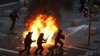 Εικόνες χάους στη Βαρκελώνη: Συγκρούσεις διαδηλωτών με την αστυνομία