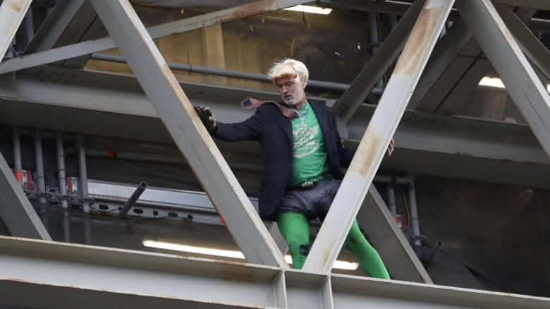 Ατρόμητος διαδηλωτής ντύθηκε Μπόρις Τζόνσον και σκαρφάλωσε στο Big Ben