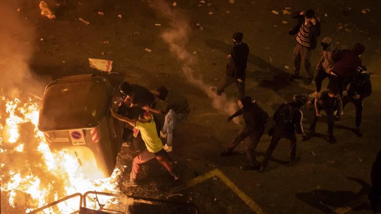 Νύχτα χάους στη Βαρκελώνη: Κλιμάκωση των συγκρούσεων με χημικά και πλαστικές σφαίρες