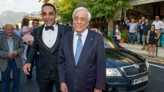 Παυλόπουλος: Σταμάτησε την αυτοκινητοπομπή του για να… βγάλει φωτογραφίες με γαμπρό