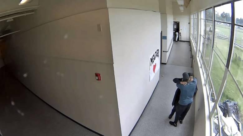 Συγκλονιστικό βίντεο: Προπονητής αφόπλισε και αγκάλιασε μαθητή που ετοιμαζόταν να αυτοκτονήσει