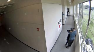 Συγκλονιστικό βίντεο: Προπονητής αφόπλισε και αγκάλιασε μαθητή που ετοιμάζεται να αυτοκτονήσει