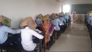Σάλος στην Ινδία: Έγραψαν διαγώνισμα με... χαρτόκουτες στο κεφάλι για να μην αντιγράφουν