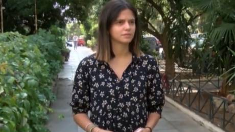 Βίντεο-ντοκουμέντο από την κλοπή του αυτοκινήτου 25χρονης: Ο ληστής την έσυρε με το όχημα