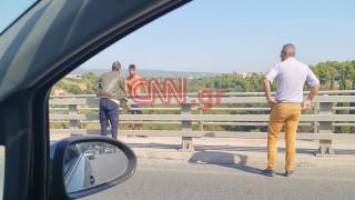 Αίσιο τέλος για τον άνδρα που απειλούσε να πέσει από την πεζογέφυρα της Κύμης