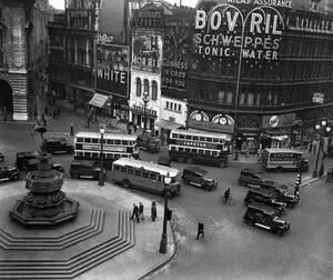 1937, Λονδίνο. Η κίνηση στο Πικαντίλι, στην καρδιά του Λονδίνου, πάντα μεγάλη, για τα δεδομένα της κάθε εποχής.