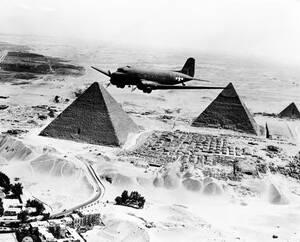 1943, Αίγυπτος. Οι πυραμίδες της Γκίζας, που χτίστηκαν πριν από 5.000 χρόνια, χρησιμεύουν σαν σημάδια για τα αμερικανικά μεταγωγικά αεροπλάνα που μεταφέρουν πολεμοφόδια από την άλλη άκρη του Ατλαντικού στο μέτωπο της Β. Αφρικής.