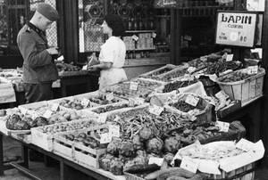 1940, Παρίσι. Ένας Γερμανός στρατιώτης αγοράζει φρούτα και λαχανικά στην κεντρική αγορά του κατεχόμενου Παρισιού.