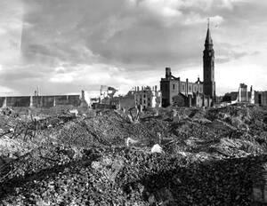 1945, Βαρσοβία. Μια καθολική εκκλησία είναι το μόνο κτήριο που στέκεται ακόμα όρθιο ανάμεσα στα ερείπια που κάποτε ήταν το γκέτο της Βαρσοβίας. Το γκέτο καταστράφηκε ολοσχερώς από τους Γερμανούς.