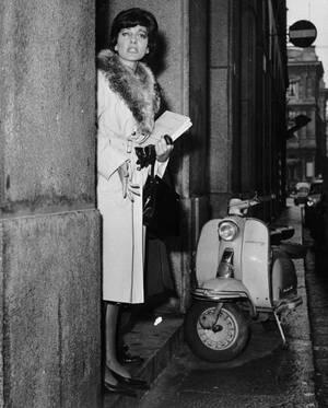 1960, Μιλάνο. Η σοπράνο Μαρία Κάλλας φεύγει από την Όπερα του Μιλάνου από την πίσω έξοδο, προσπαθώντας να αποφύγει τους φωτογράφους, κάτι που τελικά δεν καταφέρνει.
