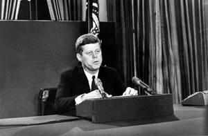 1962, Ουάσινγκτον. Ο Αμερικανός Πρόεδρος. Τζον Φ. Κένεντι, ανακοινώνει στο έθνος την απόφασή του να επιβάλει ναυτικό αποκλεισμό στην Κούβα.