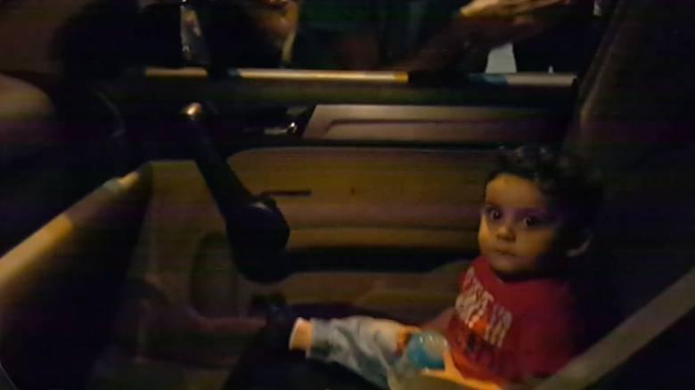 «Baby Shark»: Διαδηλωτές στον Λίβανο τραγουδούν σε τρομαγμένο μωρό και γίνονται viral