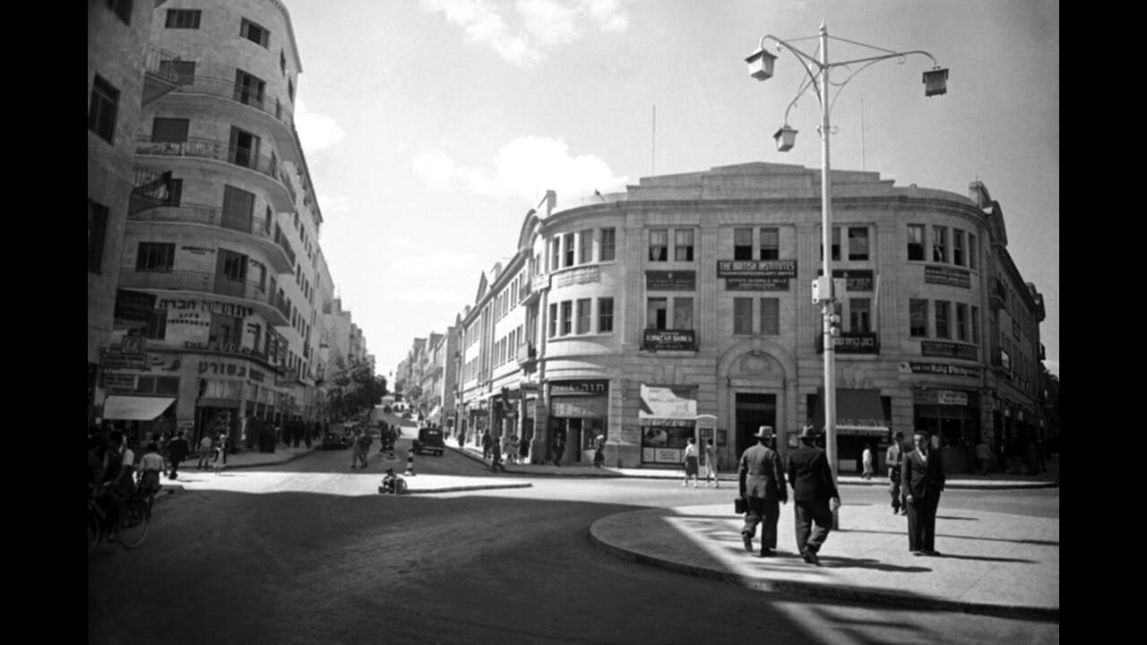 1938, Ιερουσαλήμ. Με τη χρηματοδότηση των Εβραίων της Αμερικής, η Ιερουσαλήμ μετατρέπεται από μια μεσαιωνική σε μια σύγχρονη πόλη, με κτήρια γραφείων και ψηλά κτήρια με διαμερίσματα, μεγάλους δρόμους και ολοκαίνουργια καταστήματα. Όλοι επωφελούνται από τη