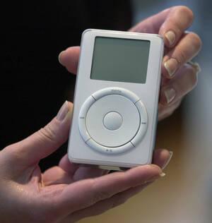 2001, Καλιφόρνια. Το νέο μηχάνημα αναπαραγωγής ψηφιακού ήχου της Apple, το iPod, παρουσιάζεται από τον CEO της Apple Computer Inc., Στιβ Τζομπς, σε συνέντευξη Τύπου στο Κουπερτίνο. Οι ιδιοκτ΄γτες ενός υπολογιστή Macintosh μπορούν πλέον να κατεβάσουν έως κ