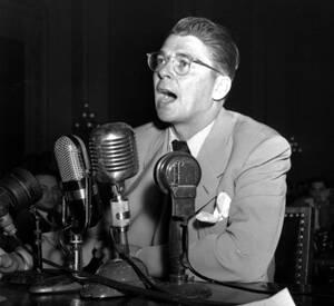 1947, Ουάσινγκτον. Ο ηθοποιός Ρόναλντ Ρέιγκαν καταθέτει στην Επιστροπή Αντι-Αμερικανικών Υποθέσεων του Κογκρέσου. Η Επιστροπή διεξάγει έρευνα για τις κομμουνιστικές δραστηριότητες στο Χόλιγουντ.
