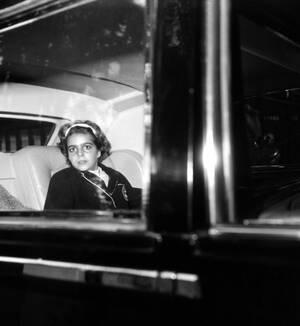 1961, Παρίσι. Η Χριστίνα Ωνάση φτάνει στην Avenue Foch για το γαμήλιο γεύμα, μετά το γάμο της μητέρας της με το Μαρκήσιο του Μπλάντφορντ.