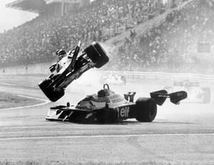1977, Τόκιο. Η Ferrari 312 T2, του Καναδού Ζιλ Βιλνέβ, ίπταται πάνω από την Tyrrell P34 του Σουηδού Ρόνι Πέτερσον, μετά τη σύγκρουση των δύο αυτοκινήτων, στο Grand Prix της Iαπωνίας. Το Ιαπωνικό Grand Prix διεξάγεται στους πρόποδες του όρους Φούτζι. Τα αυ