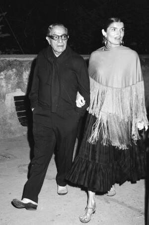 1970, Κάπρι. Ο Αριστοτέλης Ωνάσης και η σύζυγός του Τζάκι, σε διακοπές στο Κάπρι.
