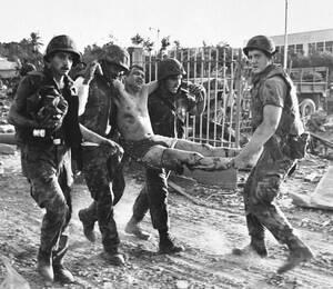 1983, Λίβανος. Αμερικανοί πεζοναύτες κουβαλούν συνάδελφό τους που τραυματίστηκε πολύ σοβαρά στην έκρηξη που κατέστρεψε μια αμερικανική βάση στη Βυρητό. Περισσότεροι από 110 Αμερικανοί σκοτώθηκαν στην έκρηξη.