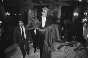 1985, Παρίσι. Ο ηθοποιός Ντολφ Λούντγκρεν μεταφέρει τη Γκρέις Τζόουνς, στην Όπερα του Παρισιού, σε γκαλά προς τιμήν των σπουδαιότερων σχεδιαστών μόδας.