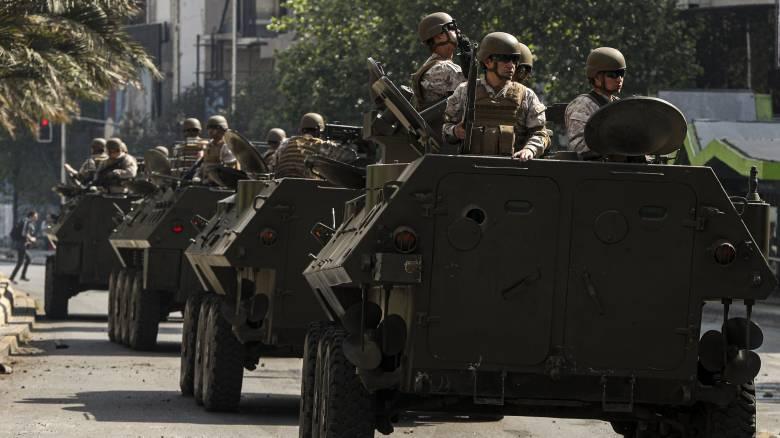 «Άρωμα Πινοσέτ» στη Χιλή: 18 νεκροί στις ταραχές – Ο στρατός στους δρόμους