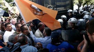 Πορεία ΠΟΕ-ΟΤΑ: Ένταση μεταξύ εργαζομένων και αστυνομίας έξω από τη Βουλή