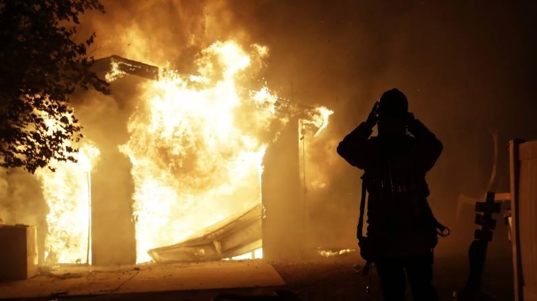 «Πύρινη κόλαση» στην Καλιφόρνια: 55.000 άνθρωποι εγκαταλείπουν τα σπίτια τους