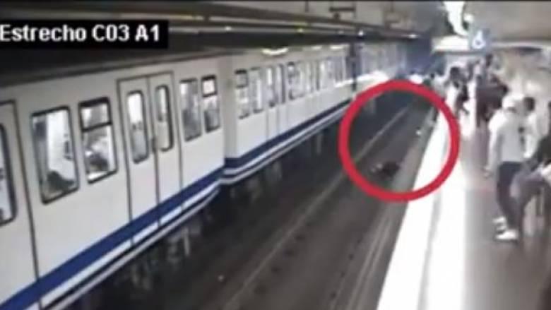 Βίντεο που κόβει την ανάσα: Γυναίκα κοιτούσε το κινητό της και έπεσε στις ράγες του μετρό
