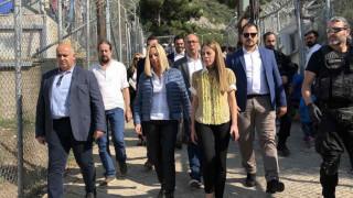 Στο hotspot της Σάμου η Γεννηματά: «Να πάρουμε τα κλειδιά του προσφυγικού από τον Ερντογάν»