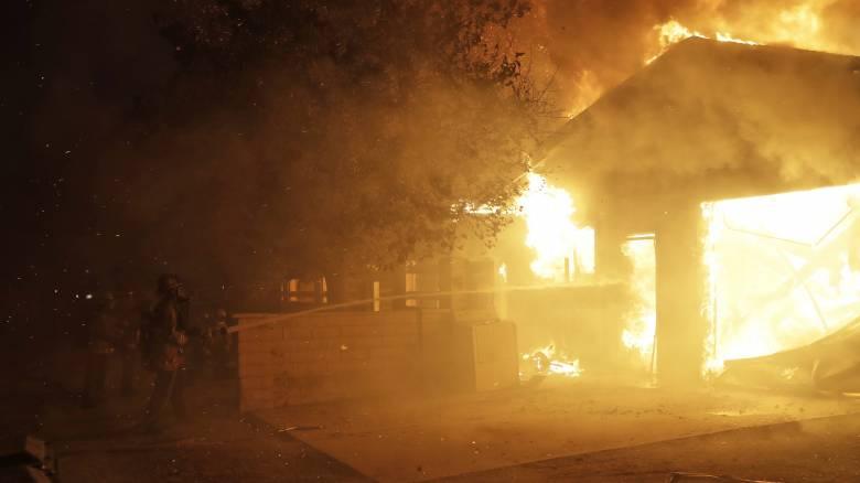 Εκτός ελέγχου οι φωτιές στην Καλιφόρνια: 50.000 άνθρωποι εγκαταλείπουν τα σπίτια τους