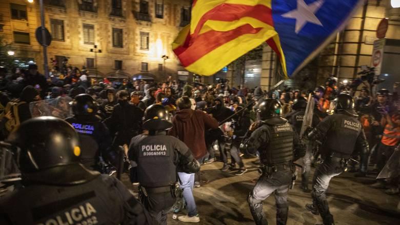 «Πεδίο μάχης» η Βαρκελώνη: Επεισόδια σε διαδήλωση για την ανεξαρτησία της Καταλονίας