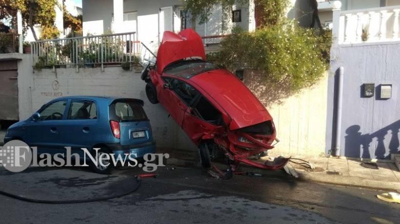 Απίστευτο τροχαίο στα Χανιά: Αυτοκίνητο παραλίγο να βρεθεί σε μπαλκόνι σπιτιού