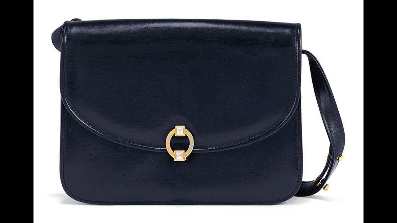 https://cdn.cnngreece.gr/media/news/2019/10/29/195523/photos/snapshot/thatcher-christies-a-classic-navy-blue-leather-handbag-by-launer--london-estimate--2-000-3-000.jpg