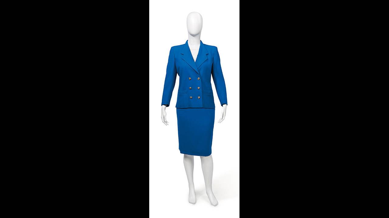 https://cdn.cnngreece.gr/media/news/2019/10/29/195523/photos/snapshot/thatcher-christies-a-suit-of-royal-blue-wool-crepe-by-aquascutum.jpg