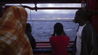Ιταλία: Ελλιμενίζεται το Ocean Viking που μεταφέρει 104 μετανάστες και πρόσφυγες