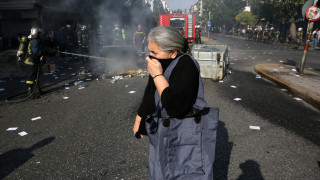 Επεισόδια έξω από την ΑΣΟΕΕ: Φωτιές, χημικά και ένταση