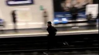 Παρ'ολίγον να χάσει τη ζωή του επειδή δεν έκοψε εισιτήριο: Τρομακτικό βίντεο από μετρό του Παρισιού