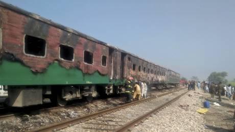 Φονική πυρκαγιά σε τρένο στο Πακιστάν -Τουλάχιστον 65 νεκροί