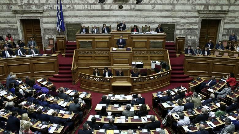 LIVE Βουλή: Σε εξέλιξη η συζήτηση επί του νομοσχεδίου για το άσυλο στους πρόσφυγες