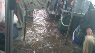 Κακοκαιρία: Απίστευτες εικόνες - Πλημμύρισε λεωφορείο γεμάτο επιβάτες