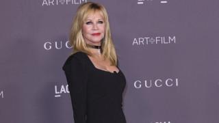 Πόσο σέξι μπορεί να είσαι στα 62; Την απάντηση δίνει η Μέλανι Γκρίφιθ, με εσώρουχα και γόβες