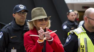 Χειροπέδες στην Τζέιν Φόντα για τέταρτη φορά μέσα σε έναν μήνα
