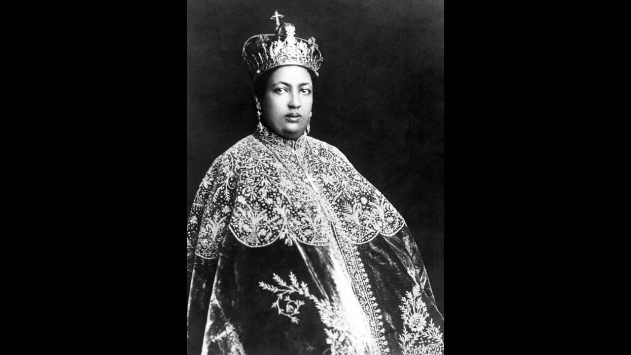 1930, Αντίς Αμπέμπα. Η Βιεζέρο Μανέν, σύζυγος του Ρας Ταφάρι, πρόκειται να γίνει αυτοκράτειρα της Αβυσσηνίας και ο σύζυγός της Αυτοκράτορας, στην τελετή ενθρόνισης που θα γίνει στην Αντίς Αμπέμπα.