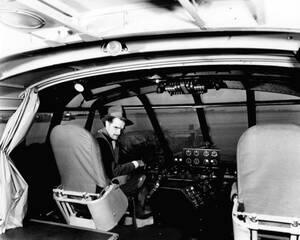 """1947, Λος Άντζελες. Ο δισεκατομμυριούχος Χάουαρντ Χιούζ στο πιλοτήριο του τεράστιου οκτακινητήριου αεροσκάφους που κατασκεύασε, ετοιμάζεται για την πρώτη δοκιμαστική πτήση. Το αεροσκάφος λέγεται """"ιπτάμενη χήνα"""", πιθανώς λόγω του τεράστιου όγκου του, και κ"""
